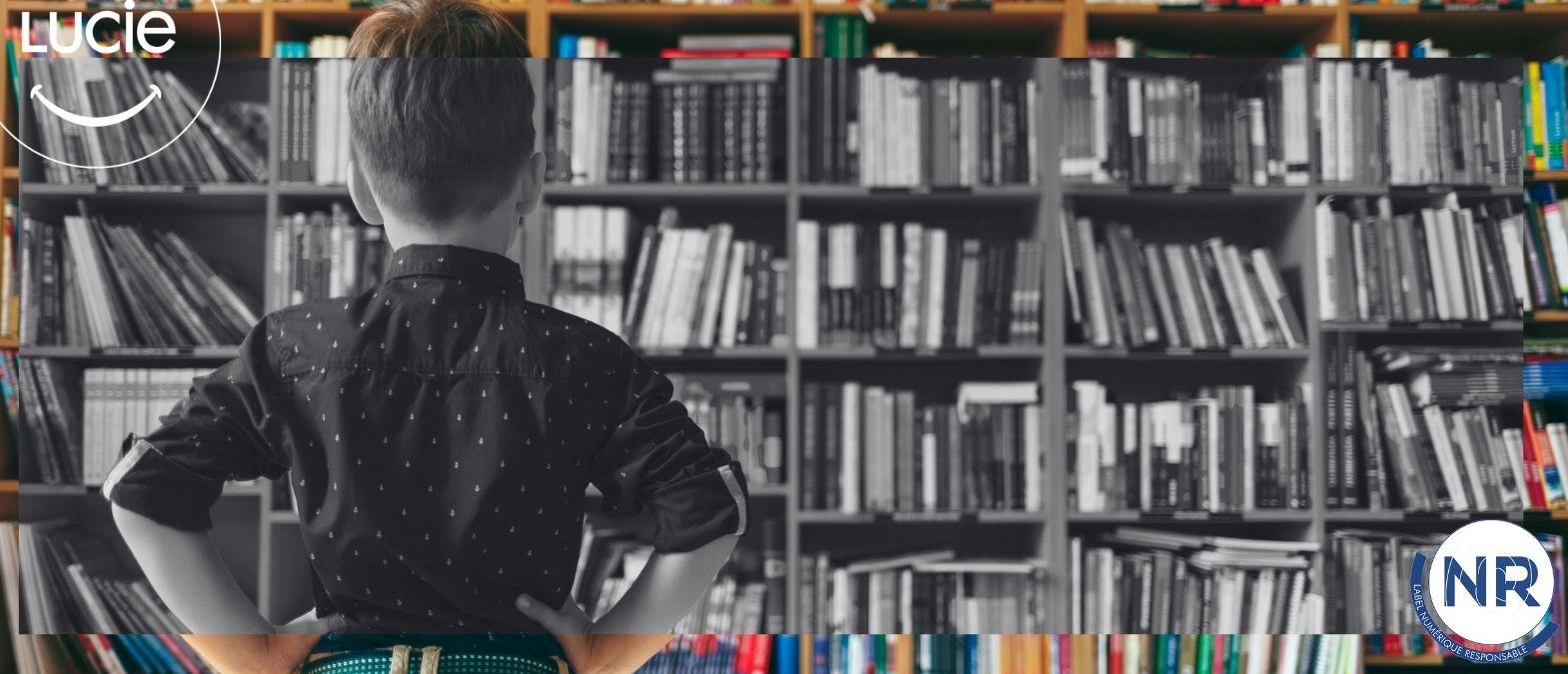 Photo d'un enfant qui regarde une bibliothéque plein de livres